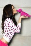 Valentin dag, posera för brunettflicka. Royaltyfria Foton