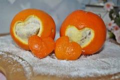Valentin dag - två hjärtor klipp apelsiner på brädet - royaltyfri foto