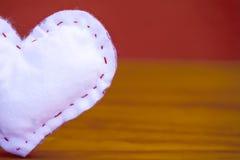 Valentin dag - vit hjärta på en pastellfärgad bakgrund arkivbild