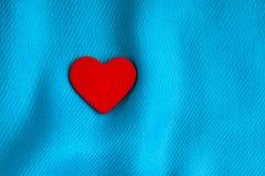 Valentin dagbakgrund. Röd hjärta på blått viker torkduken Royaltyfria Foton