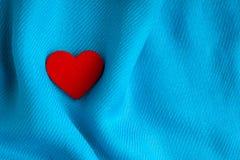 Valentin dagbakgrund. Röd hjärta på blått viker torkduken Royaltyfri Fotografi