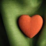 Valentin dagbakgrund. Röd hjärta på gräsplan viker torkduken Arkivbilder