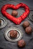 Valentin dagbegrepp, chokladprofiteroles med rosa hjärtor Royaltyfri Fotografi
