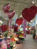Valentin dagdekor i supermarket Arkivbilder