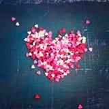 Valentin daghjärta på en mörk bakgrund tonat Arkivbilder