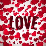 Valentin dagillustration, förälskelsetext på bakgrund med röda pappers- hjärtor Arkivbilder