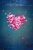 Valentin dagkort med en hjärta av kulöra hjärtor tonat Arkivbild