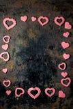 Valentin dagram - rosa hjärtor på svart yttersida Arkivbilder