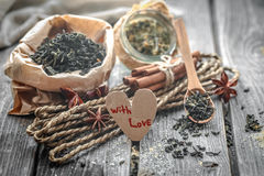 Valentin dagstilleben med te och en hjärta Arkivbilder