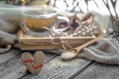 Valentin dagstilleben med te och en hjärta Royaltyfria Bilder