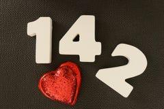 Valentin datum av vita wood bokstäver Arkivfoto