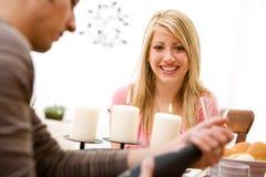 Valentin: Den lyckliga kvinnan väntar på Champagne Arkivfoton