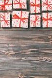 valentin eller annat feriebegrepp Massor av gåvaaskar på bästa sikt för träbakgrund Gåvor i hantverkpapper som dekoreras med rött arkivfoto