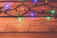 Valentin eller romantiska ljus för jul på wood bakgrund med kopieringsutrymme Royaltyfri Fotografi