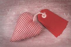 Valentin etiketter och välfyllda hjärta Arkivbild