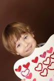 Valentin för barn hållande hantverk för dag med hjärtor Royaltyfria Bilder
