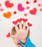 Valentin för barn hållande hjärtor för dag arkivbild
