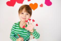 Valentin för barn hållande hjärtor för dag royaltyfri bild