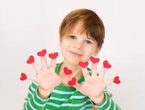 Valentin för barn hållande hjärtor för dag arkivfoto