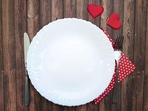 Valentin för beröm för vit romans för hjärta för gaffel- och knivplatta trä Fotografering för Bildbyråer