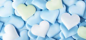 valentin för dag s Blå hjärtaformbakgrund Abstrakt valentinbakgrund med blåa, gröna och vita satänghjärtor för pastellfärgade fär royaltyfria foton