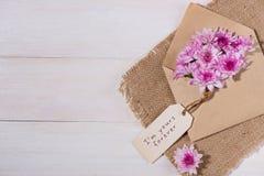 valentin för dag s Den pappers- etiketten med det bruna kuvertet och rosa färger blommar Royaltyfria Foton