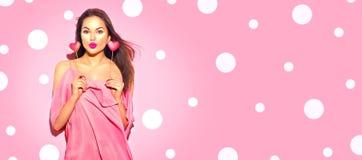 valentin för dag s För modemodellen för skönhet formade den glade unga flickan med valentinhjärta kakor fotografering för bildbyråer