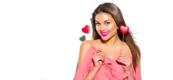 valentin för dag s För modemodellen för skönhet formade den glade unga flickan med valentinhjärta kakor arkivbilder