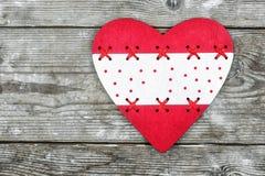 valentin för dag s röd hjärta på bakgrunden av gamla bräden arkivbilder