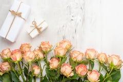 valentin för dag s Ram som göras av rosblommor, gåvor, på en marmorbakgrund Bakgrund för dag för valentin` s Lekmanna- lägenhet,  royaltyfria bilder