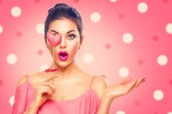 valentin för dag s Skönhetmodellflickan med valentinhjärta formade kakan royaltyfri bild