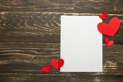 valentin för dag s Vit ram för en inskrift med röda hjärtor Bakgrund av lantliga hinder Textur kopieringsutrymme, orientering för royaltyfria bilder