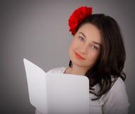 Valentin för flicka läs- kort för dag Arkivbild