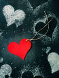 valentin för kortdag s Röd pappers- hjärta på ett rep Arkivbilder