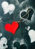 valentin för kortdag s Röd pappers- hjärta på ett rep Arkivfoto