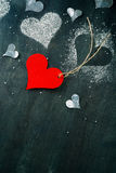 valentin för kortdag s Röd pappers- hjärta på ett rep Royaltyfria Foton