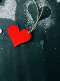 valentin för kortdag s Röd pappers- hjärta på ett rep Arkivbild
