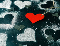 valentin för kortdag s Röd pappers- hjärta på ett rep Royaltyfria Bilder