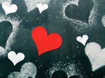 valentin för kortdag s Röd pappers- hjärta på ett rep Fotografering för Bildbyråer