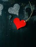 valentin för kortdag s Röd pappers- hjärta på ett rep Arkivfoton