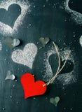 valentin för kortdag s Röd pappers- hjärta på ett rep Royaltyfri Foto