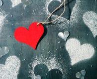 valentin för kortdag s Röd pappers- hjärta på ett rep Royaltyfri Bild