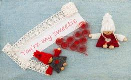 Valentin, hälsningkort med handarbeterosa färger och röda hjärtor, flöde arkivfoto