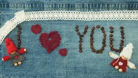 Valentin, hälsningkort med kaffebönor och stucken röd hjärta arkivbild