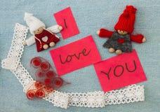 Valentin hälsningkort med röd quilling hjärta och stickac royaltyfria foton