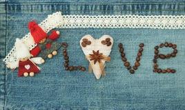 Valentin hälsningkort med textilkaffehjärta, kaffebönor royaltyfri bild