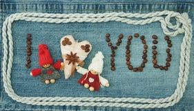 Valentin hälsningkort med textilkaffehjärta, kaffebönor royaltyfri foto