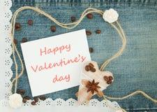 Valentin hälsningkort med textilkaffehjärta, kaffebönor arkivbilder