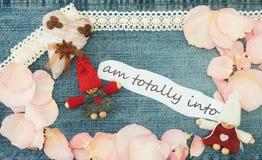 Valentin hälsningkort med textilkaffehjärta, par i lo arkivbilder