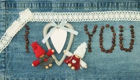Valentin hälsningkort med trävit hjärta, kaffebönor arkivfoton